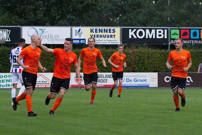 Daan van den Broek (links) scoorde voor Moerse Boys.
