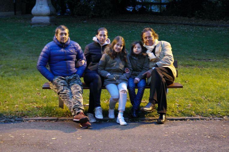 Op dit bankje in het Abdijpark trof Marc De Pril (rechts) het Russische gezin dinsdagavond aan.