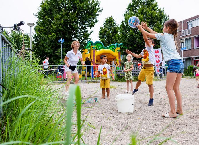 SP Tilburg heeft zaterdag bij de Gerard van Nuenenstraat een speelplek gemaakt. Hier was vroeger een speeltuin, nu ligt er slechts een lege zandbak.