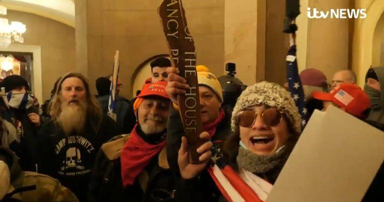 Een indringer (links) in het Capitool draagt een t-shirt met als opschrift Camp Auschwitz, Work makes Freedom. Beeld Screenshot ITV