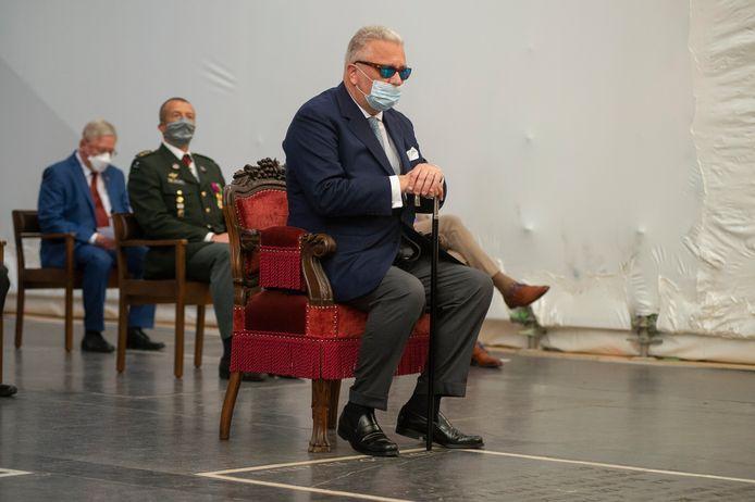 Prins Laurent tijdens het Te Deum in de Antwerpse kathedraal, het mondmasker niet over de neus.