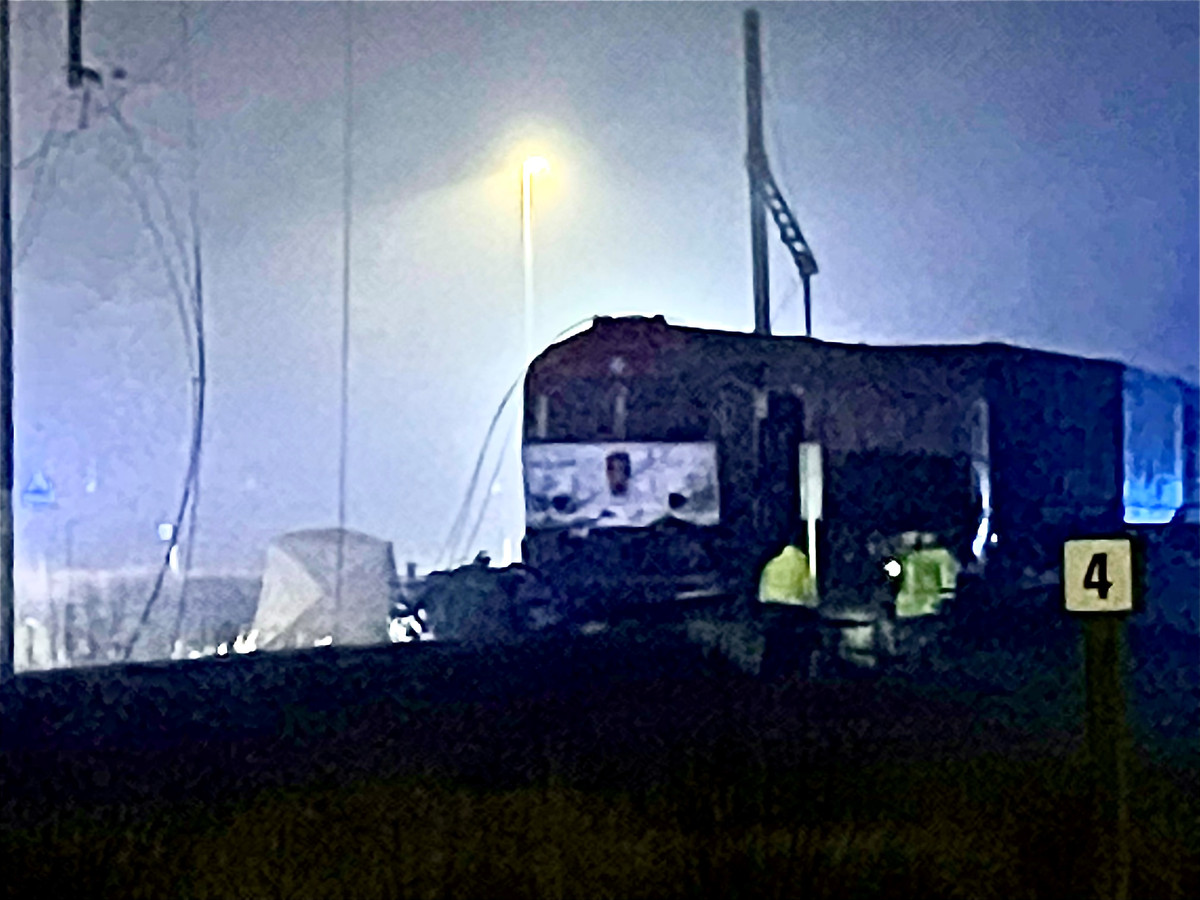 Bij een zwaar ongeval tussen een goederentrein en vrachtwagen in Dudzele (Brugge) is woensdagavond een 55-jarige man om het leven gekomen.
