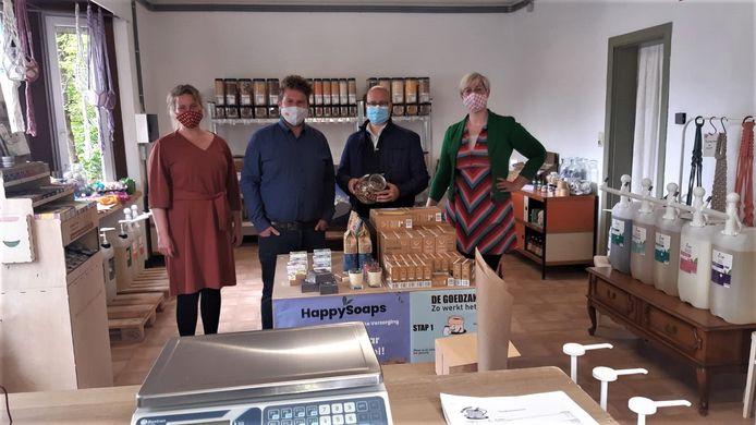 Schepenen Marlon Pareijn en Bart Julliams kwamen de winkel officieel openen.
