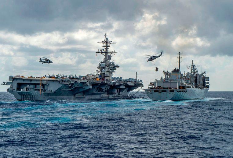 De USS Abraham Lincoln op weg naar de Perzische Golf.