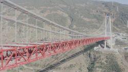 China bouwt aan de langste hangbrug ter wereld (tussen twee bergkammen)