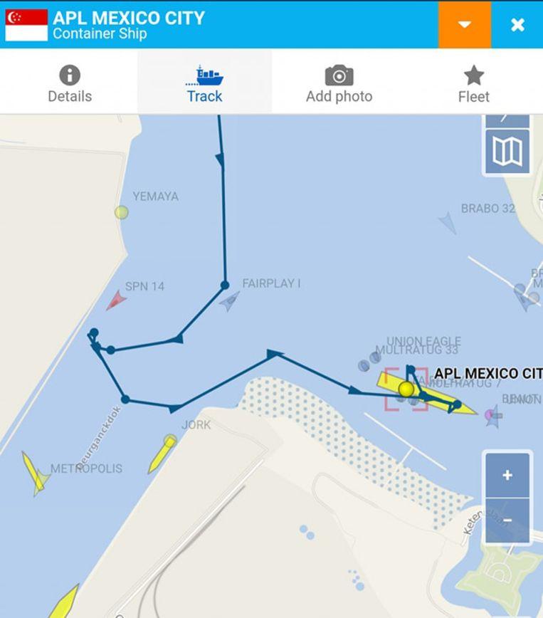 Het containerschip APL Mexico City lag aangemeerd bij MPET maar sloeg op drift en botste vervolgens aan de overkant tegen een havenkraan.