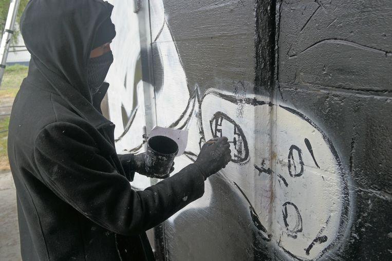 De kunstenaar aan het werk.