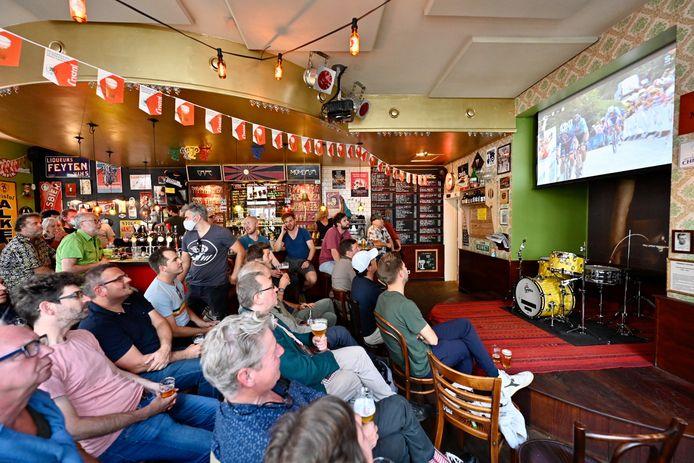 Café Mombasa in de ban van het WK Wielrennen: de fans zien hoe Julian Alaphilippe de Belgen op de proef stelt.