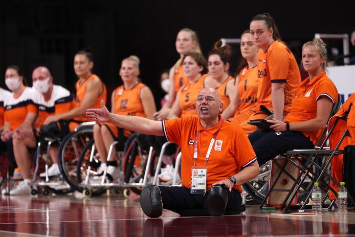 Ambachter Gertjan van der Linden coacht zijn team fanatiek tijdens de halve finale tegen Duitsland.