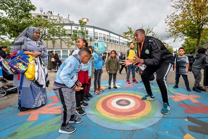 Leerlingen van de Agnesschool kunnen na schooltijd voetballessen volgen bij Kenchi Orcadio. Woensdagmiddag konden de leerlingen proeflessen volgen.