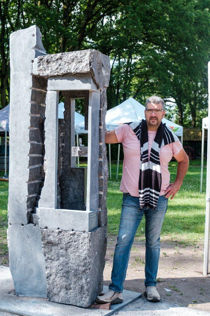 Uruguayaans beeldhouwer Giorgio Carlevaro de Nava bij zijn werk 'Time For Reflection'