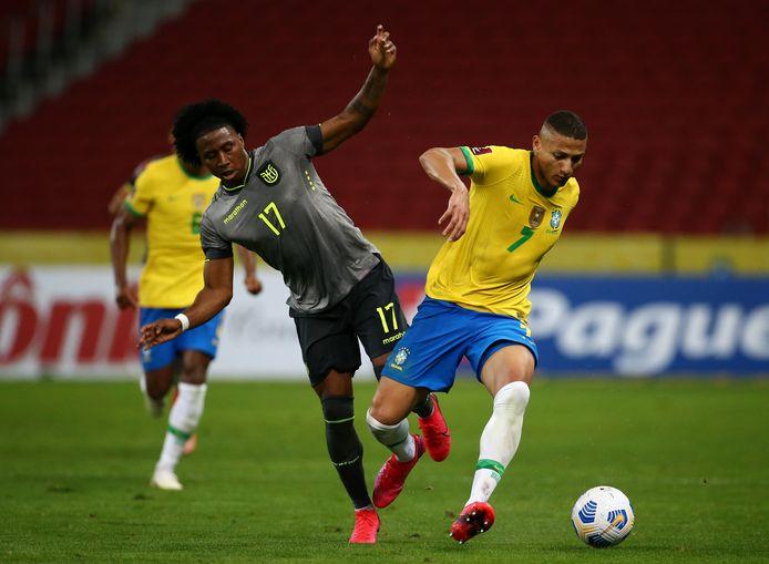 Richarlison, maker van de eerste Braziliaanse goal, ontdoet zich van Angelo Preciado.