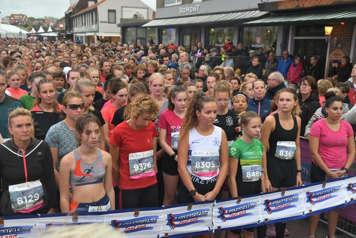 Voor de start werd één minuut stilte gehouden voor de overleden oprichter van de Kustmarathon, Lein Lievense.