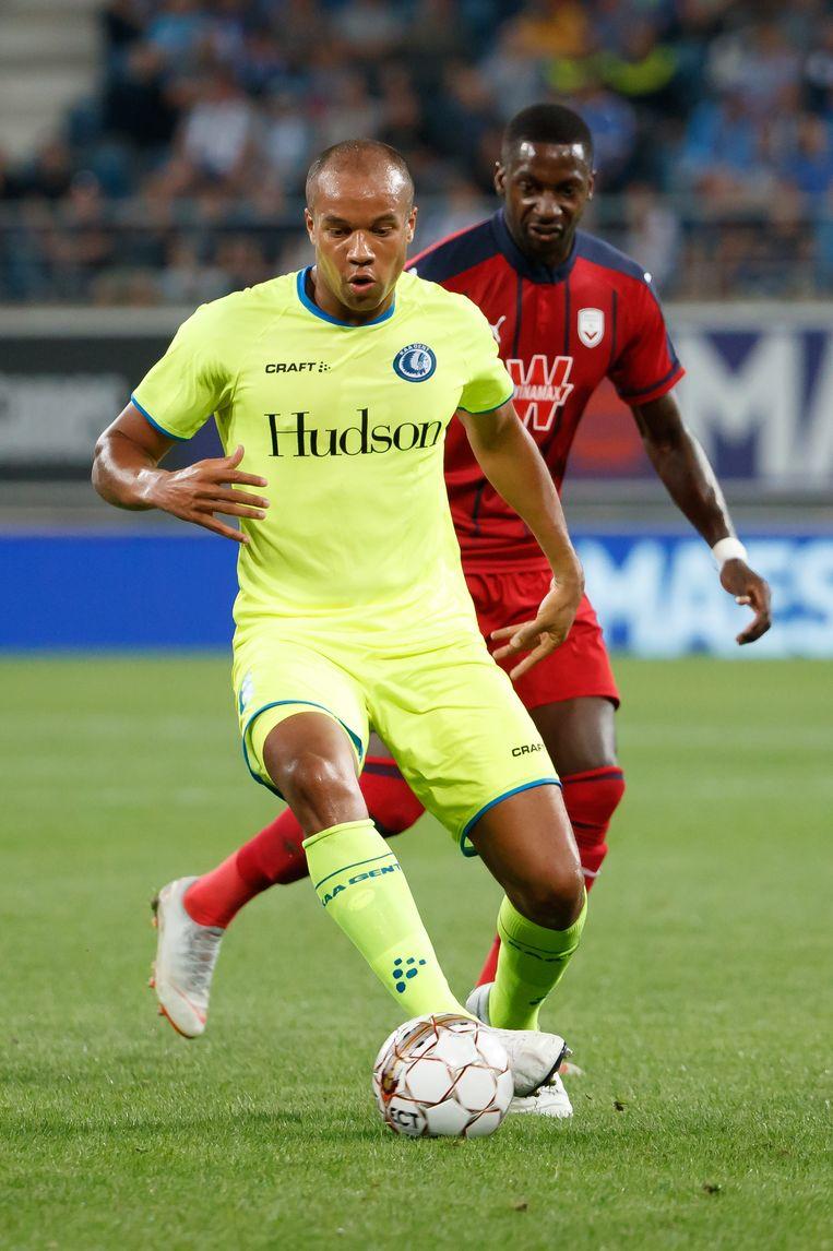 AA Gent-middenvelder Vadis Odjidja schermt de bal af voor Younousse Sankharé van Bordeaux. Beeld BELGA