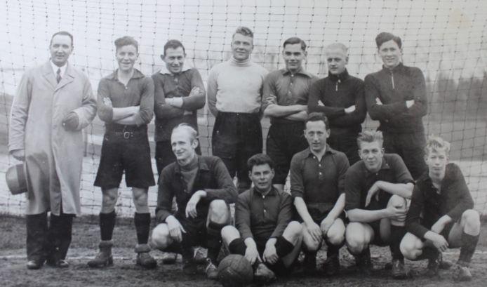 Een voetbalteam van Quick Amersfoort. In het midden bovenin, met keepersshirt, Van Daal