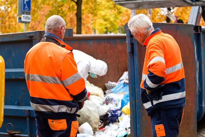 De politie onderzocht in de Sperwerstraat onder andere het afval in de straat.