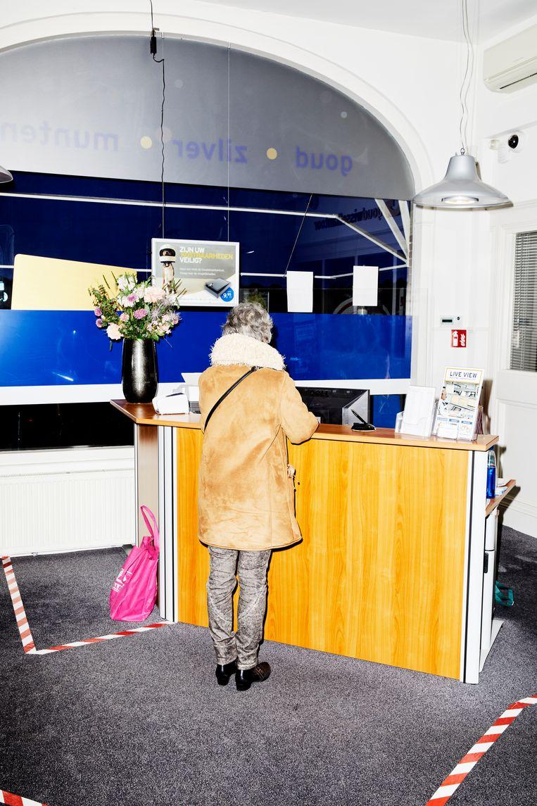 Een anonieme klant bij het Goudwisselkantoor.  Beeld Marie Wanders
