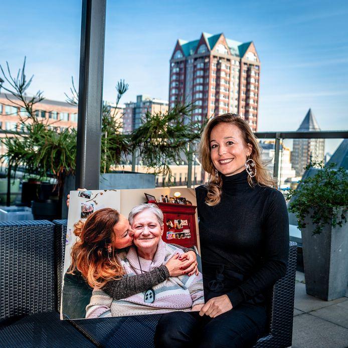 Nina Struik, met een portret met haar moeder, gemaakt door Wmo Radar.