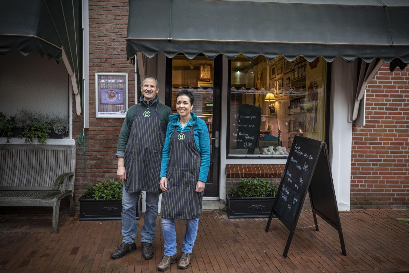 """Nico Veltman en partner Tjitske Hamstra voor de slagerij. """"Nico gaat nog net niet mee naar huis om het vlees te bereiden."""""""