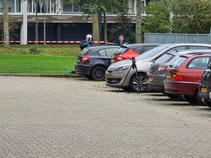Medewerkers van de EOD bij de auto vol zwaar vuurwerk.