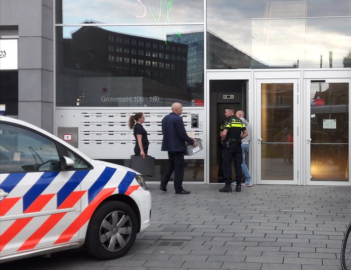 De politie doet onderzoek in een woning boven de Markthal.
