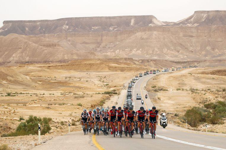 In de derde rit reed het peleton van Be'er Sheva naar badstad Eilat. Beeld Photo News