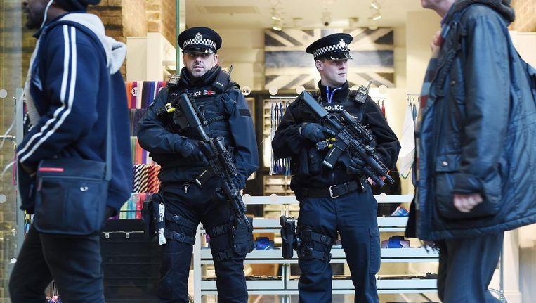 Gewapende politie in de Londense metro in maart 2016. Beeld getty