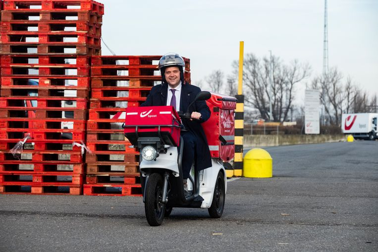 Uittredend minister van Post en Telecom Philippe De  Backer (Open Vld) test al even de brommertjes die bpost wil inzetten.