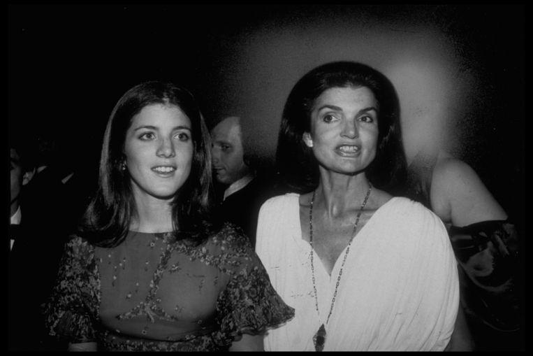 Jacqueline Kennedy Onassis (rechts)  met haar dochter Caroline. Beeld Getty