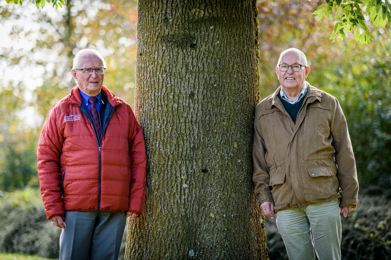 Geert Drent en Ad Nederlof (rode jas) zijn de twee mannen van het eerste uur van het Christelijk Mannenkoor Hengelo. Het koor houdt na 44 jaar op te bestaan.