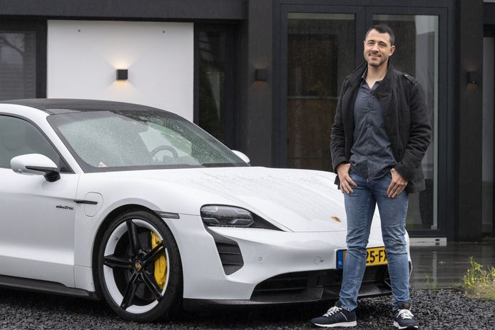 """Alain Götz met de elektrische Porsche voor zijn nieuwe woning:  """"Mensen die mij kennen, gunnen mij dit wel."""""""