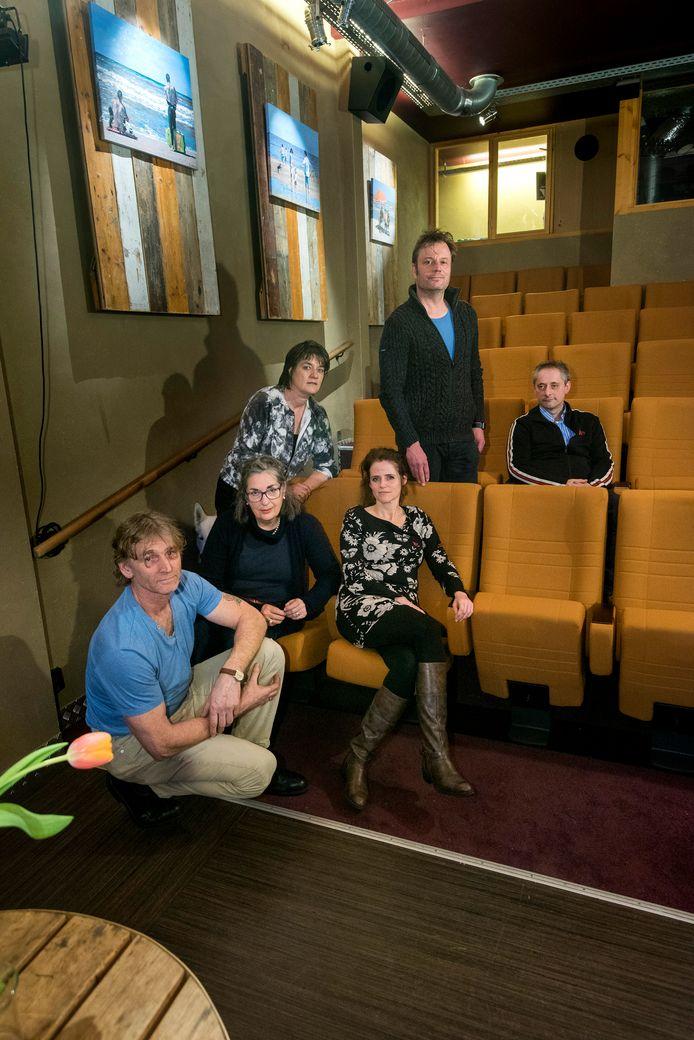 Harry Franx, Lisa Böll, Carolien van Workum (zittend), Renee Lakenveld (staand) , Tom Nijhuis en Lucas Hubrecht zijn helemaal klaar voor het vieren van 20 jaar Filmhuis Oosterbeek.