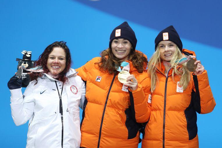 Bibian Mentel viert haar gouden medaille tijdens de Paralympische Winterspelen van 2018.  Beeld Getty Images