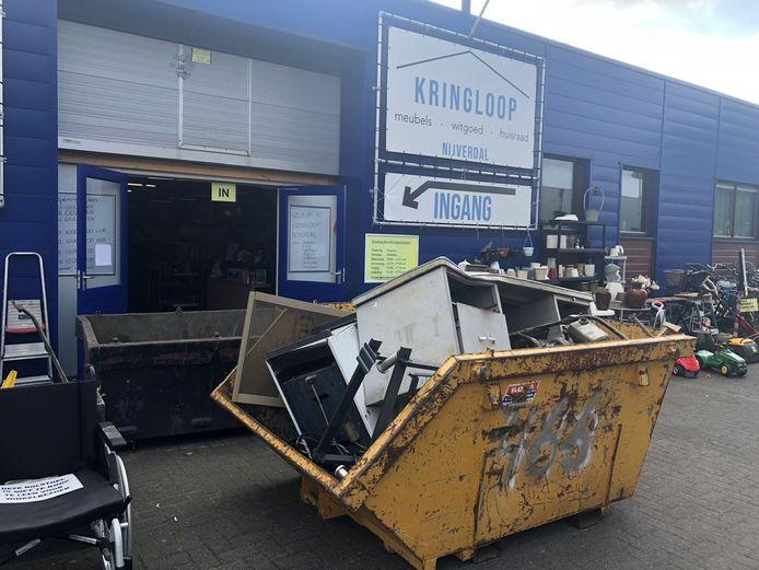 Gebroken voorwerpen van Kringloop Nijverdal liggen in de container.