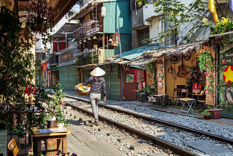 In vergelijking met het razend drukke Hanoi is Train Street een oase van rust.  Beeld Nicolas Chartier