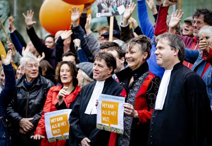 Marjan Minnesma, directeur van Urgenda, en aanhangers van Urgenda voorafgaand aan de uitspraak van de Hoge Raad in de Urgenda-zaak.