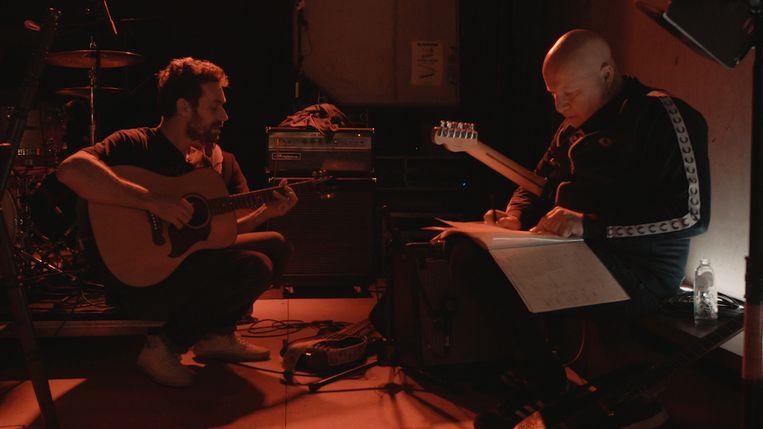 Otto-Jan Ham en Frank Vander Linden maken deel uit van Polonsky's gelegenheidsband.  Beeld VRT