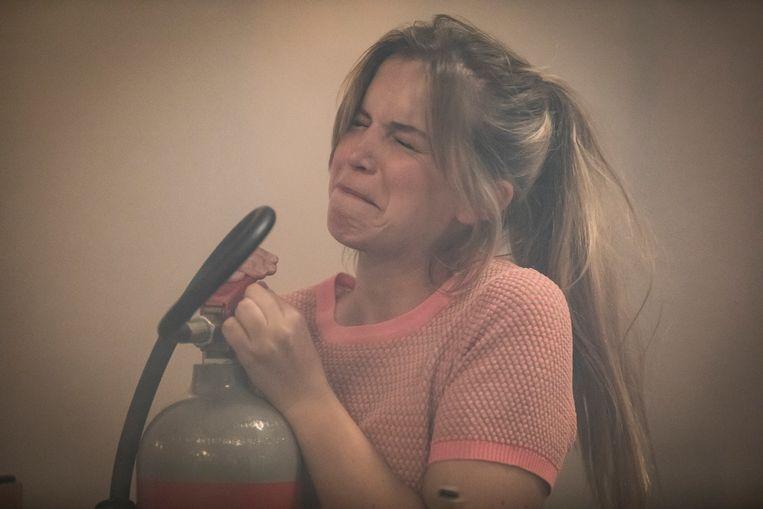 Emma raakt bevangen door de rook van de brand in de Foodbar in 'Familie'.