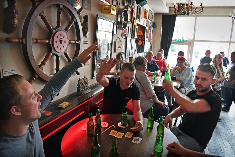 Lekker binnen zitten, maar dan met z'n allen en met een biertje: in café De Muus in Nijmegen is het zaterdag al vroeg druk. Beeld Marcel van den Bergh / de Volkskrant