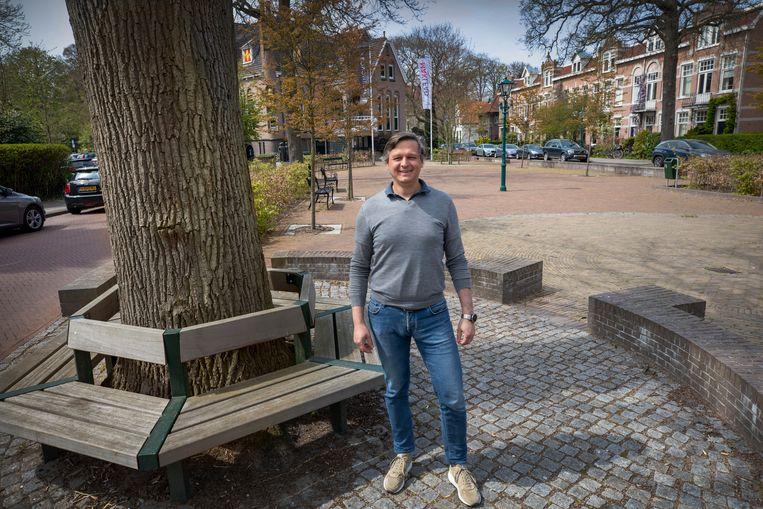 Christian Jelsa woont aan het Oegstgeestse Wilhelminapark. Hij vindt dat het CDA een splijtzwam in de wijk heeft gegooid. Beeld Werry Crone