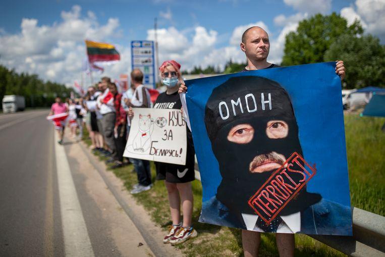 Demonstranten aan de Litouws-Belarussische grens in de omgeving van Vilnius eisten zaterdag 12 juni vrijlating van politieke gevangenen in Belarus. De Russische steun voor het regime van de Belarussische machthebber Loekasjenko is een van de pijnpunten in het Ruslanddossier van de EU. Beeld Mindaugas Kulbis / AP