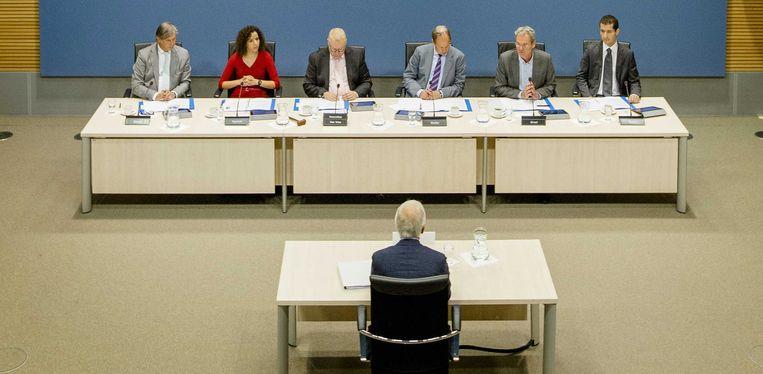 Commissieleden Peter Oskam (CDA), Wassila Hachchi (D66), Roland van Vliet (Van Vliet, voorzitter), Anne Mulder (VVD), Ed Groot (PvdA, ondervoorzitter), Farshad Bashir (SP) tijdens een hoorzitting van de parlementaire enquêtecommissie Woningcorporaties. Beeld anp