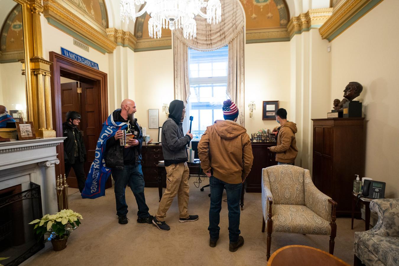 Des émeutiers dans le bureau de Nancy Pelosi, au Congrès