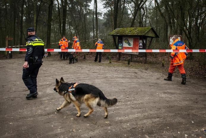 Politieonderzoek bij de Hatertse Vennen, waar het lichaam van Mariska Peters werd gevonden.