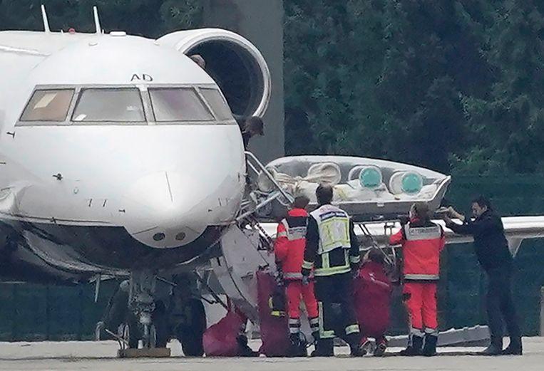 Een comateuze Navalny wordt eind augustus aan boord van een vliegtuig gebracht in Berlijn. Beeld Michael Kappeler/AP