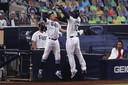 Mike Zunino (nr 10) van Tampa Bay Rays viert zijn home run met ploeggenoot Willy Adames  tijdens de tweede inning.