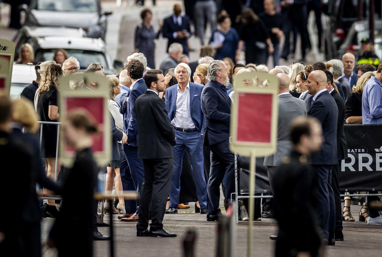 Genodigden arriveren voor het besloten afscheid van Peter R. de Vries in Koninklijk Theater Carré.