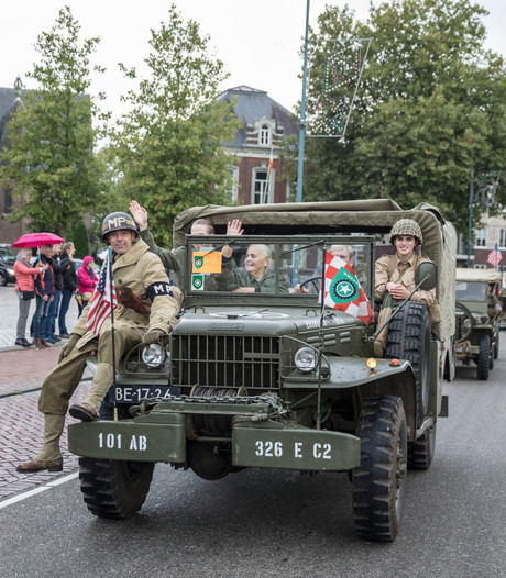Militaire voertuigen begeleiden bevrijdingsvuur door Valkenswaard