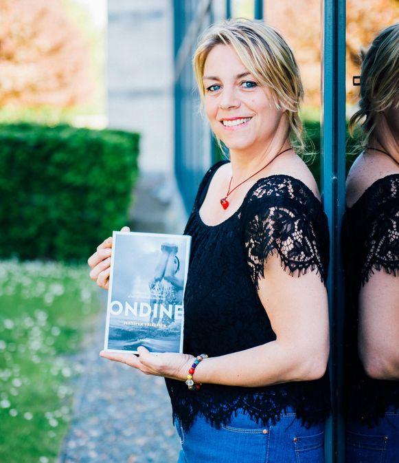 Jennifer Vrielinck met haar boek.