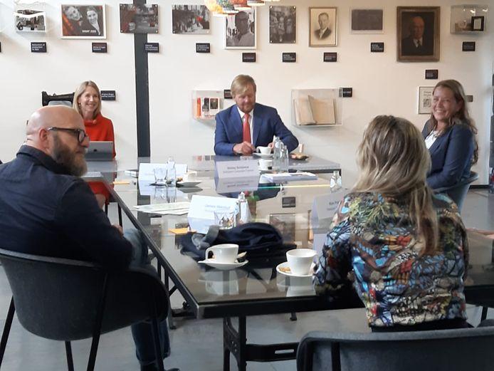 Koning Willem-Alexander op bezoek bij Schijvens Corporate Fashion in Hilvarenbeek